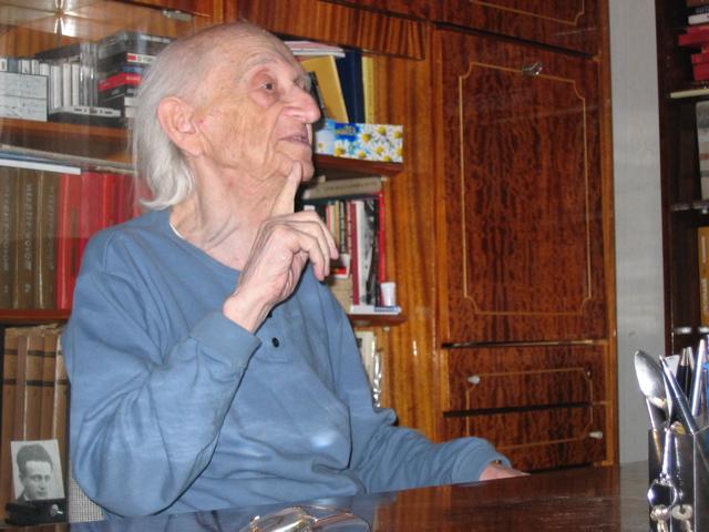 Josef Burg an seinem Schreibtisch
