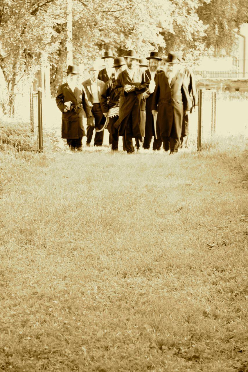 Chassidim - streng glaübige Juden - auf dem Friedhof von Nowy Sącz