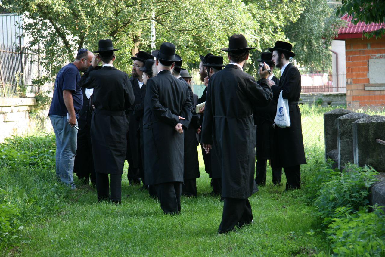 Angeregte Gespräche auf dem Jüdischen Friedhof von Nowy Sącz