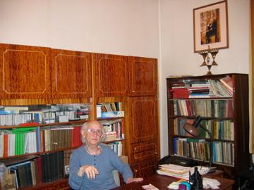 Josef Burg am Schreibtisch in seinem Arbeitszimmer